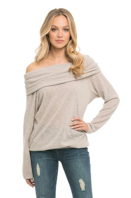 femme portant sweat sans bretelle
